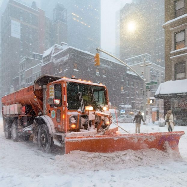 Uno spazzaneve in Lexington Avenue. during the snowstor #NewYork