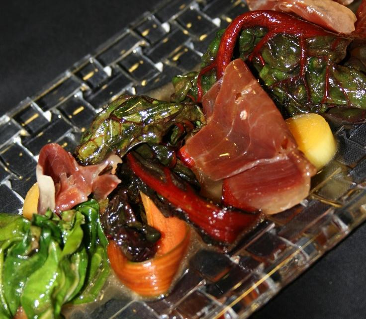 Acelgas roja y verde salteadas con jamón serrano y puerro en jugo de manitas de cerdo     http://www.zoomnews.es/estilo-vida/gastronomia/gastronomia/receta-acelgas-roja-y-verde-salteadas-jamon-serrano-y-puerro-jugo-manitas-de-cerdo-receta