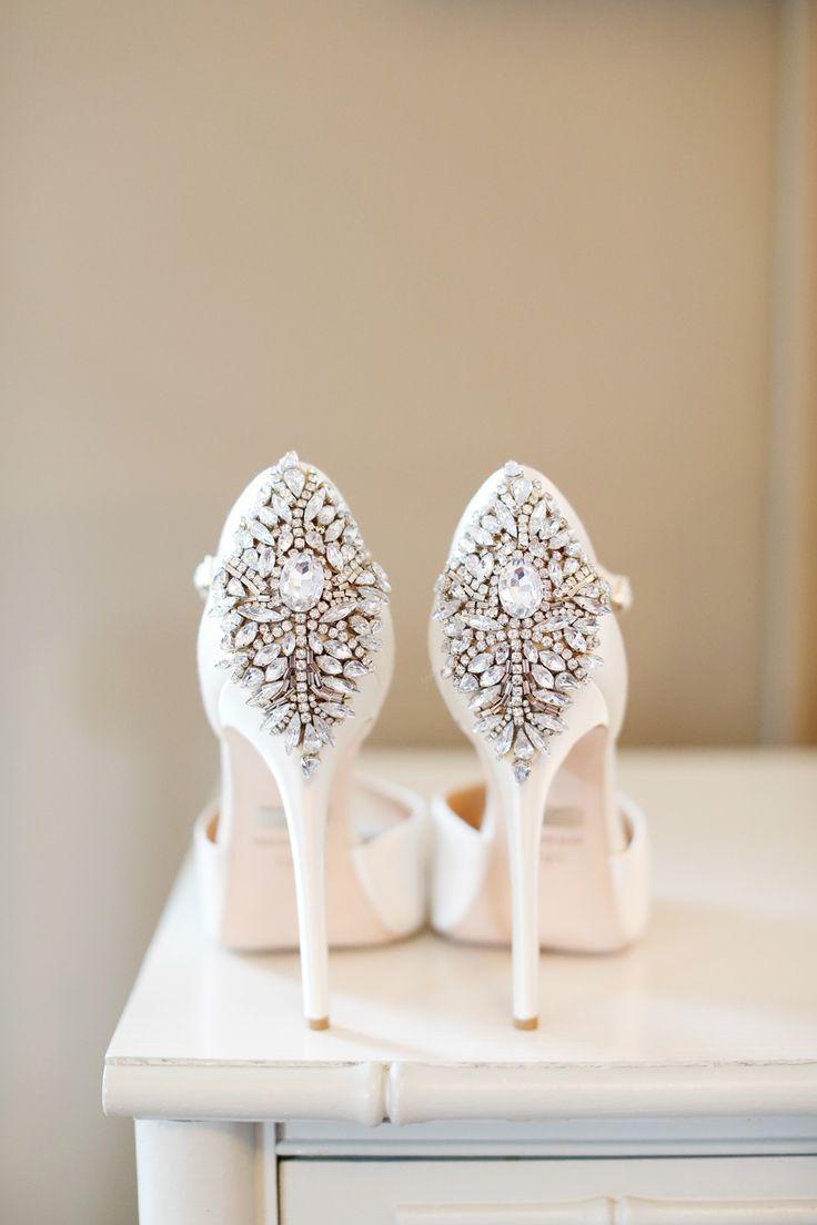 Gelinliğinizi tamamlayan en özel parça ayakkabınızdır. Seçerken eteğinizin boyunu ve modelini göz ardı etmeyin.