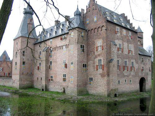 Dit is kasteel Doorwerth. Het staat in Gelderland, Nederland. Het ligt in Oosterbeek. Het bouwconcept is een Donjon in weermuren. Type kasteel: Waterburght. Het was vroeger een ruïne. Nu is het herbouwd/vernieuwd.