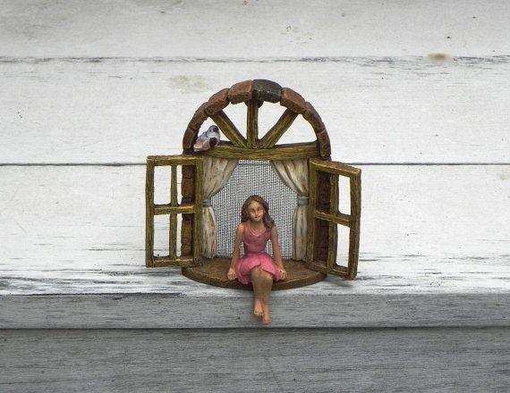 Deze miniatuur weduwe met meisje vergadering zullen een mooie aanvulling op uw fairy tuin of de tuin van de miniatuur. Het kan worden gehangen van een boomstronk of vrijstaand.  Gemaakt van de hars. Ik heb een rustieke scherm mesh toegevoegd aan het venster en een kleine vogel voor een extra vleugje eigenzinnigheid. Beide zijn toegevoegd met behulp van een weerbestendige lijm, zodat deze miniatuur geschikt voor zowel indoor als outdoor gebruik is.  Wordt geleverd met de hanger op de…