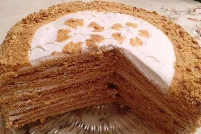 Biraz zaman ve sabır isteyen bir pasta ama tüm çabalara değecek bir lezzeti var.