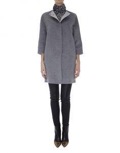 Abrigo de mujer, de lana y angora doble faz gris. Botón joya decorativo y cierre con broches ocultos.