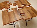 Mesa de centro Quebra-Cabeça criada pelo designer Leonardo Bueno produzida com madeira e base de ferro. O móvel sai por R$ 220