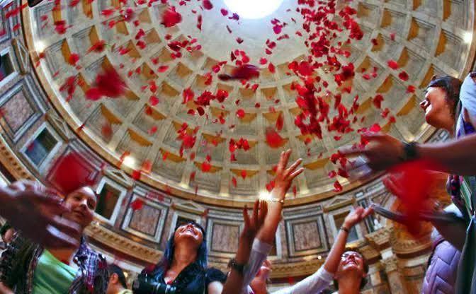 Pentecoste - Pioggia di petali di rose nel  Pantheon