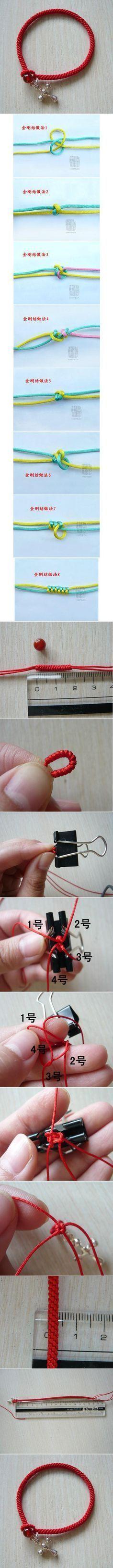 pulsera roja de cordones y como botón una cuenta de cristal roja