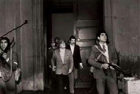 A su salida de palacio de gobierno ex presidente chileno Salvador Allende
