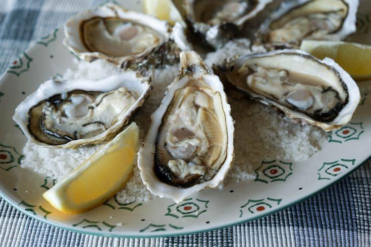 Ouvrir les huitres facilement. L'ouverture des huîtres c'est encore mieux quand c'est simple et qu'on ne se mutile pas la main !. La recette par Chef Simon.