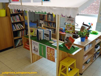 Tip voor een leuke boekenhoek. Ontwerp een winkeltje en laat de kinderen zelf boeken aanbevelen.