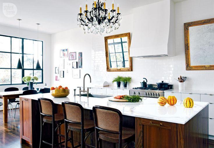 Una cocina de corte clásico con todo lujo de detalles: madera, mármol, lámpara de araña... ¡Nos encanta!