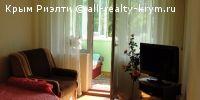 #Ялта #Продам: однокомнатная квартира  Продам хорошую однокомнатную квартиру. Квартира в центральной части Ялты, Двор дома зеленый, огорожен. Вся инфраструктура, отличная транспортная развязка, спокойный тихий район, находится в 1 км от Набережной Ялты, расположена на 5-м этаже 5-ти этажного дома, спец.проект, с видом на горы. Однокомнатная квартира общей площадью: 35 / 17.5 / 5.5 м², Комната 17.5м² / Кухня 5.5м². С ремонтом, установлен кондиционер, застекленная лоджия - 6м². Дом - типовая…