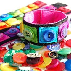 button cuffCrafts Ideas, For Kids, Kids Room Decor, Buttons Bracelets, Crochet Crafts, Kids Sewing Projects, Buttons Cuffs, Felt Art, Rainbows Buttons