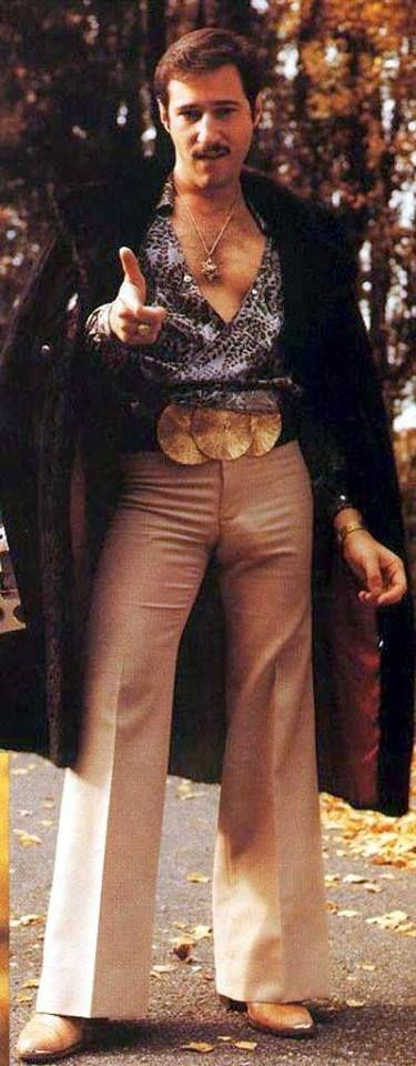 Na moda masculina dos anos 70 é evidente uma androgenização do vestuário: começam a utilizar-se calças à boca de sino e sapatos compensados, utilizados por ambos os sexos.