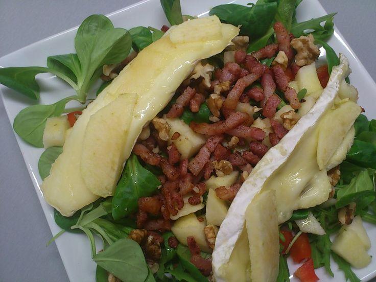 Salade met brie, appel, spekjes en honing.