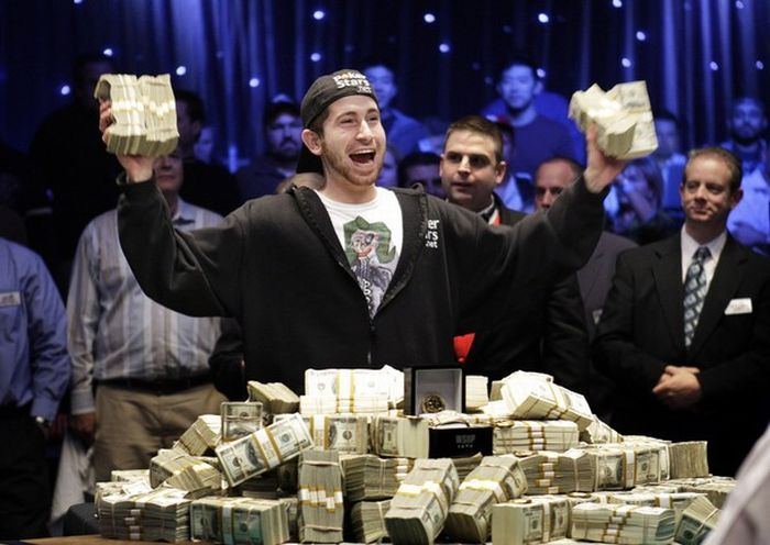 видео как мужик проиграл деньги дойки