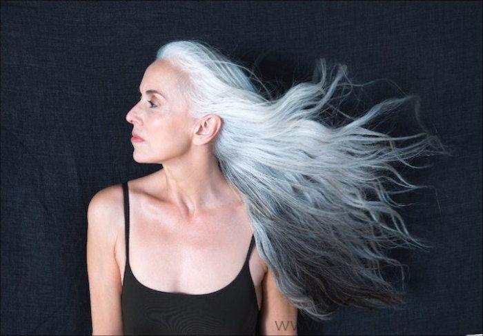 59-летняя Ясмина Росси не хочет красить свои длинные седые волосы, так как серебряные пряди уже стали ее своеобразной визитной карточкой.