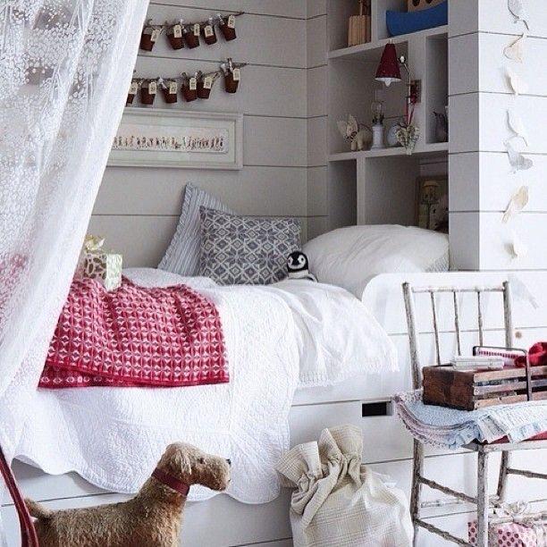 Уютное местечко  #детская #декор #уютно #дизайнер #дизайн #стеллаж #стиль #книги #стул #белый #кровать #красный #новогодний #детская #игрушки #полки #постель #шторы #kashtanovacom #interior #style #designer #design #decor