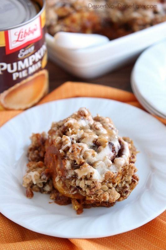 Cinnamon Pumpkin Crumble - rollos de canela congelados cubiertos con mezcla de pastel de calabaza, especias y un streusel crujiente.