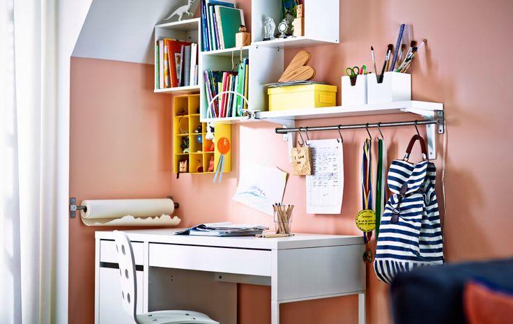 Cameretta di Elisa. Parete accanto alla scrivania dietro finestra: sistema di mensoline strette Idea (anche quelle a binarietto, barra metallica con ganci per appendere e a seguire sistema libreria pensile a cubi.