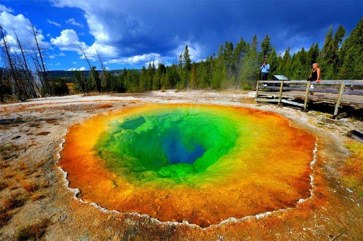 Le bassin du Morning Glory Pool, Parc national de Yellowstone, Wyoming Les magnifiques couleurs de cette source d'eau chaude varient selon la température de l'eau.