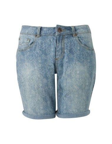 Blauwe denim short. Het is een ruimvallend 5 pocket model gemaakt van soepele kwaliteit. De korte broek is voorzien van een kantprint en heeft een normale taillehoogte. Sluit met een knoop en rits.  #zomercollectie #zomerkledingdames #zomerkleding