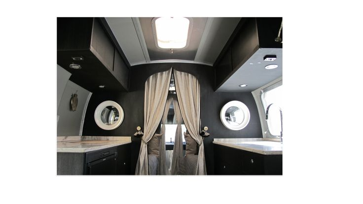 Wat een coole US Airstream inrichting. Werkbladen van Corian. Gaaf die spiegels en het donkere hout. Top afgewerkt met verlichting etc.