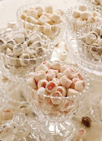Receita de Bala de Côco Recheadas:     Bala de Coco:  1 vidro de leite de coco  200 ml de água filtrada  1 kg de açúcar refinado peneirado  ...