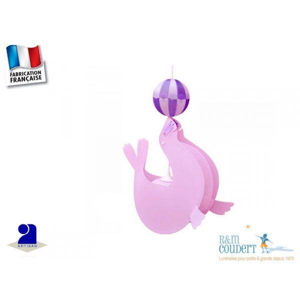 Suspension Otarie rose et ballon violet Originale et décorative, lampe suspension plafonnier en forme d'Otarie Polypropylène Priplak 100% recyclable Indéchirable Coloris: rose et son ballon violet Dimensions: H 52 cm