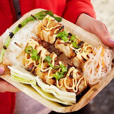 Prova tofu på nytt sätt! Panera i potatismjöl och fritera tills tofun blir riktigt krispig. Lägg sedan den friterade tofun på grillen och servera med omsorgsfullt tillagad yakitorisås, kokt ris, srirachamajonnäs samt en syrlig sallad med morot och rättika.