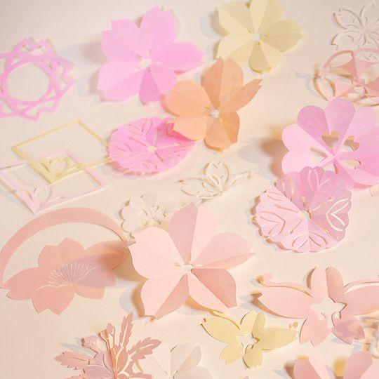 紋切り遊びは、江戸時代に始まった切り紙遊び。もともと寺子屋の教科書で紹介されるほど庶民の間で愛されてきた遊びだから、老若男女誰にでも簡単に美しい切り紙ができるんです! 紙とハサミがあればできる、日本の伝統的なペーパークラフトを紹介します♪
