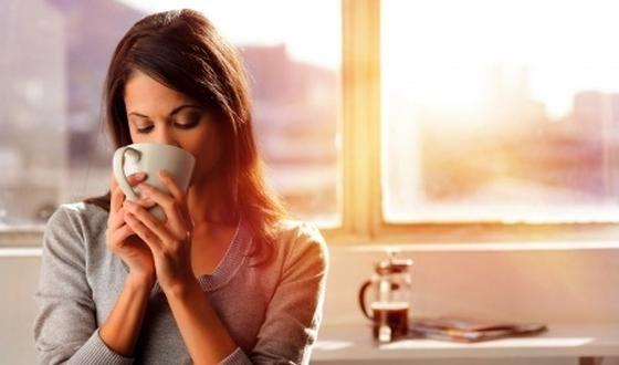 Le café peut laisser un goût très amer en bouche, ce que certains apprécient mais ce que d'autres n'aiment pas du tout. La force de  l'amertume est liée à la technique de torréfaction, au type de café, à la façon de le préparer... Voici comment se débarrasser de cette saveur amère sans pour autant devoir mettre plusieurs morceaux de sucre dans la tasse.