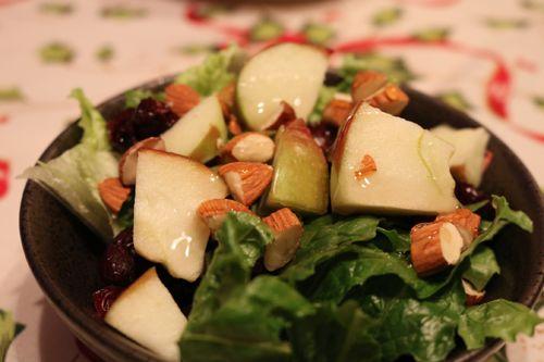 Une bonne petite #recette de #salade aux #pommes, #amandes et #canneberges. Vous m'en direz des nouvelles!
