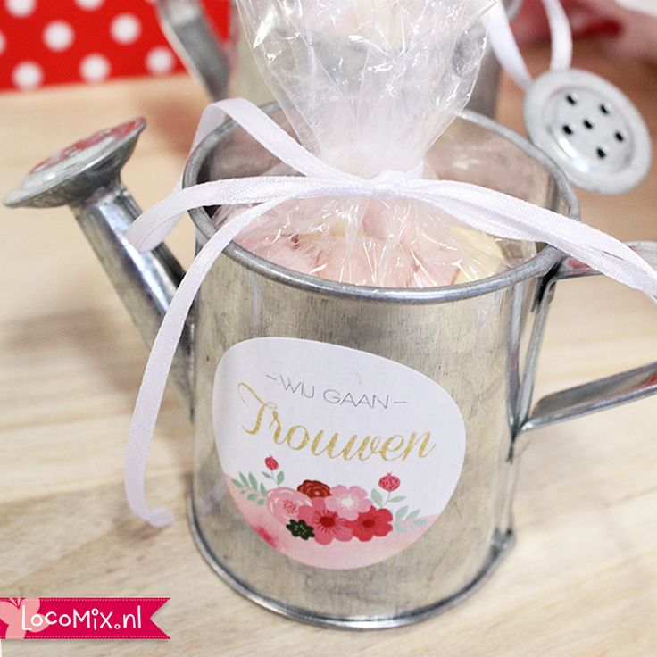 Een klein gietertje met een snoepgoed vulling is een leuke bruiloft attentie om mee te geven aan de genodigden aan het einde van jullie bruiloft. #bedankjes #bruiloft #trouwen