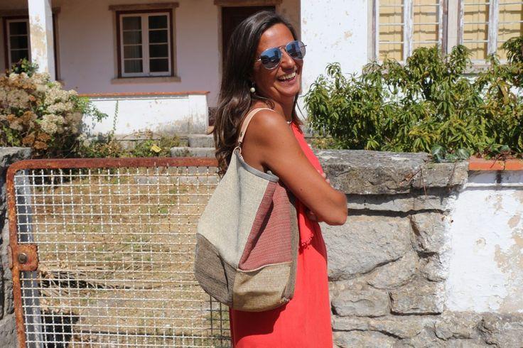 Saco pequeno- Mala estilo saco, em tecido, forrada.Alça em couro natural.Pode ser usado tanto no ombro como no braço. Handmade -numerado. Med:42 x 31 x 14cm