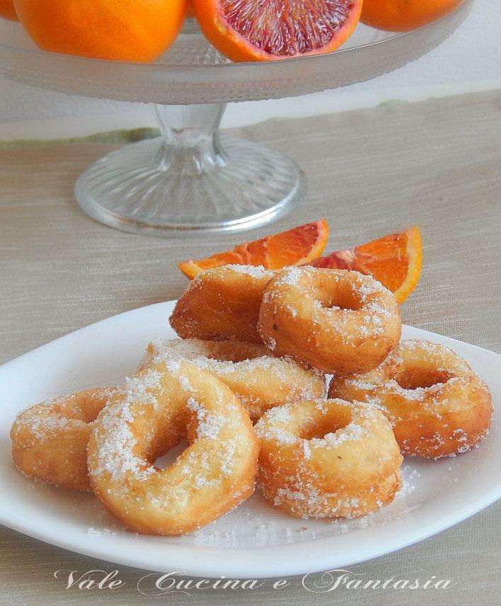 Ciambelline fritte con arancia e ricotta soffici e golose ciambelline con arancia e ricotta nell'impasto golose e profumatissime una tira l'altra