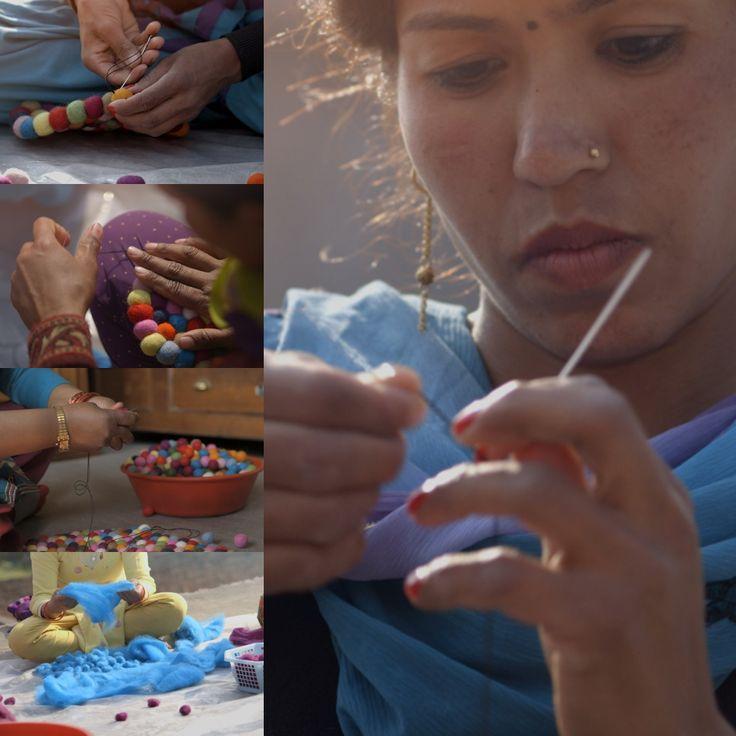 Een #bolletjeskleed van #sukhi is een kunstwerk opzich. Het kleed wordt volledig met de hand vervaardigd!