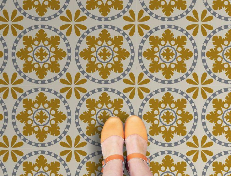 NIEUW! Het motief van deze zelfklevende vinyltegels Sorzano is gebaseerd op tegels gevonden in een boerderij in de Spaanse streek Rioja. De tegels hebben een lichtgrijze achtergrond, met accenten in donkergrijs en mosterdgeel. Ontworpen en geproduceerd door Zazous. Price €21,95