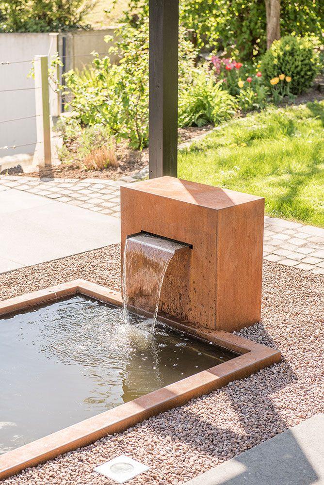 Modernes Gartendesign Mit Gfk Wasserbecken Und Cortenstahl Wasserfall Slink Ideen Mit Wasser Garten Design Holzhaus Garten Moderne Gartenentwurfe