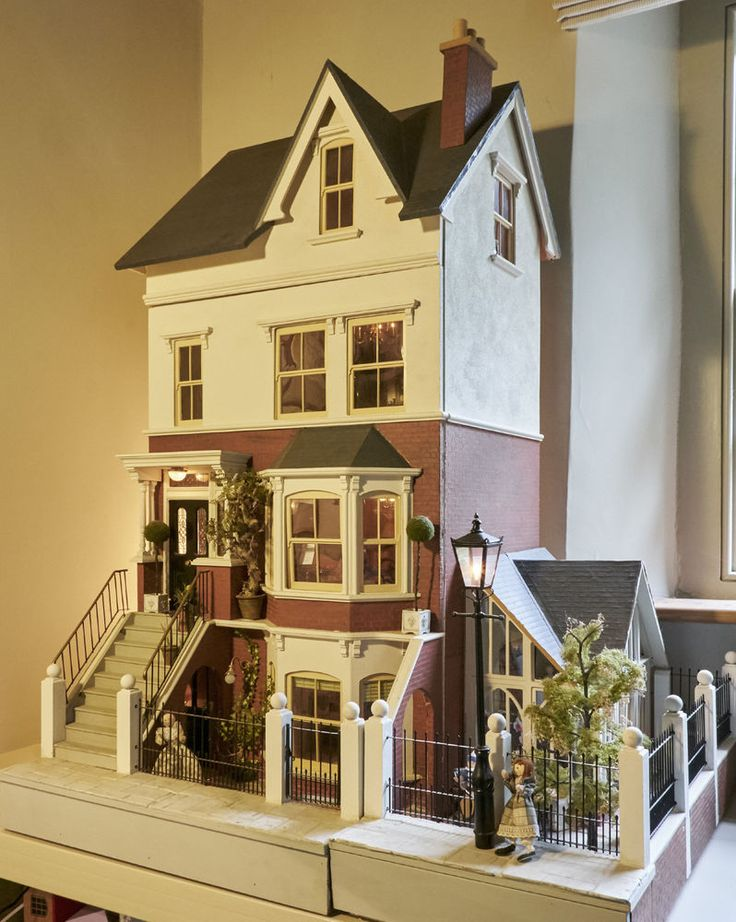 Original Sid Cooke Dolls House complete with furniture figures lighting etc in…