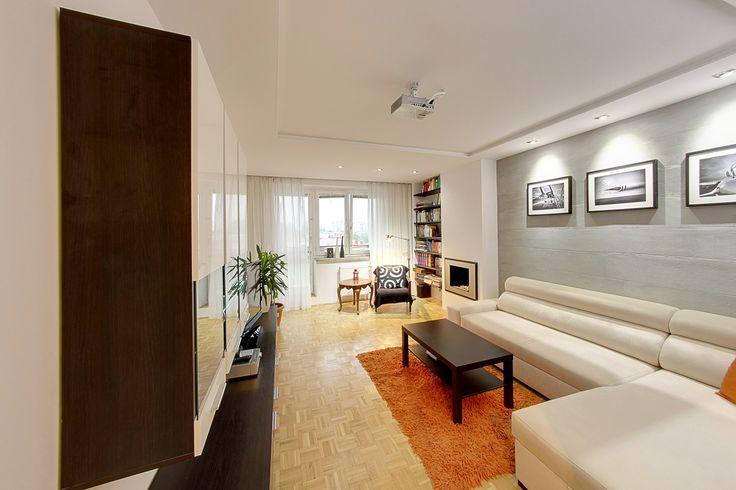Ciekawie zaaranżowane mieszkanie z dużym balkonem, położone na osiedlu Przylesie w Łasku. Układ pomieszczeń cechuje funkcjonalność a jednocześnie przestronność. W mieszkaniu wyraźnie wyodrębnione są dwie strefy: oficjalna i prywatna.