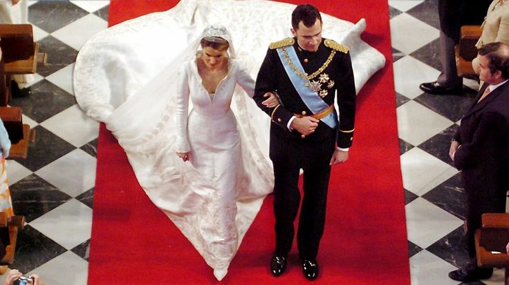 22. Mai 2004: Kronprinz Felipe und Prinzessin Letizia verlassen nach ihrer Trauung die Almudena-Kathedrale © Picture-Alliance / dpa