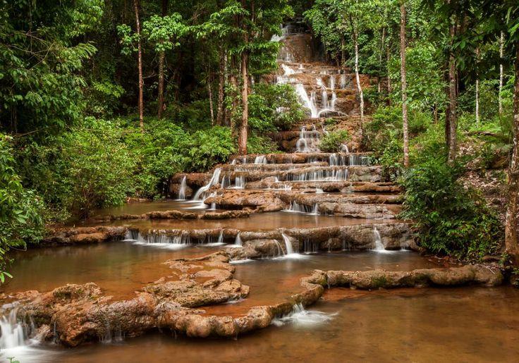 Mae Sot i Thailand byder på det sjove og flotte Phra Charoen vandfald, der falder i terrasser ned over brunrøde klipper i dejlige, frodige omgivelser.