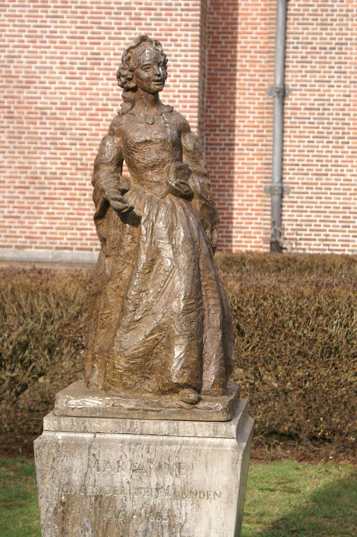 Beeld van prinses Marianne voor de grote kerk in Voorburg! Zij heeft het orgel geschonken aan de kerk! Bijzonder persoon om verschillende redenen!