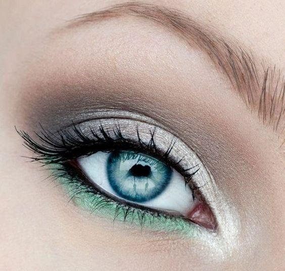 hellblaue Augen Augenbrauen schminken Lidschatten Farbe