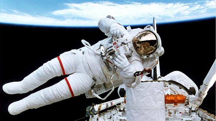 Avaruussukkula Endeavourin astronautti ulkona avaruudessa. Kuva: Robesus Inc.