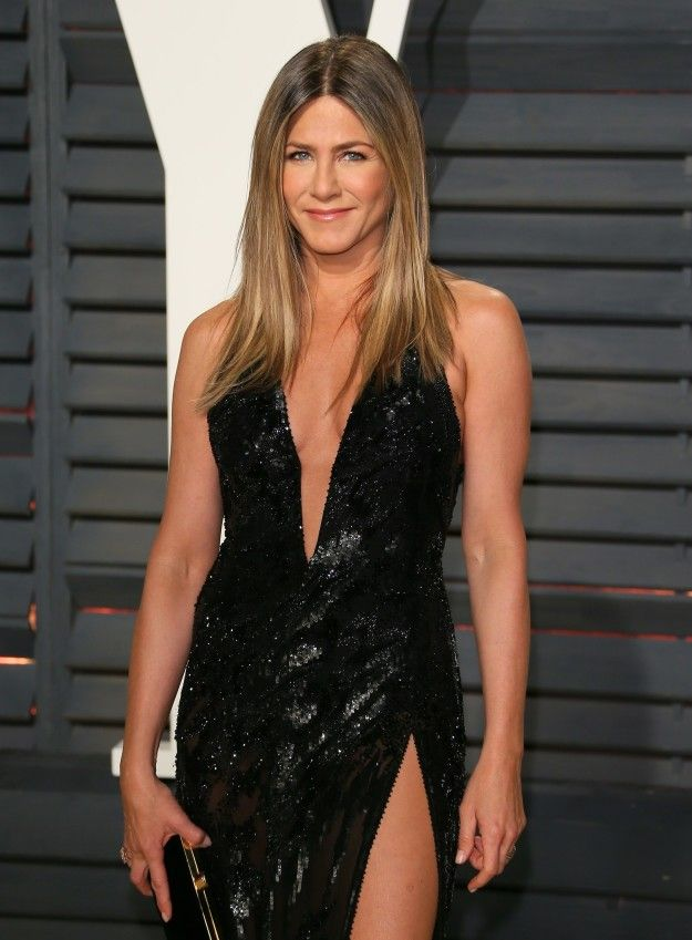 Ah yes, Jennifer Aniston at the Academy Awards ceremony last night. She, like always sweeties, looked cool and great! Radiant!
