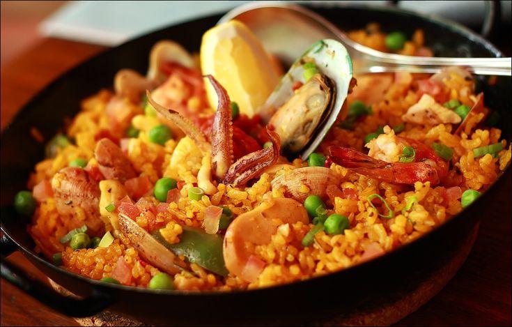 La paella di frutti di mare è l'espressione forse migliore dei sapori e dei colori della penisola iberica. Tuttavia la paella può essere fatta in molti modi e non solo con il pesce.