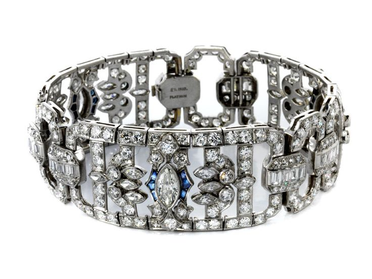 Länge: ca. 19 cm. Breite: ca. 2,3 cm. Gewicht: ca. 54 g. Platin. Um 1930. Prächtiges strenges Art déco-Armband mit Altschliffdiamanten und Diamanten im...