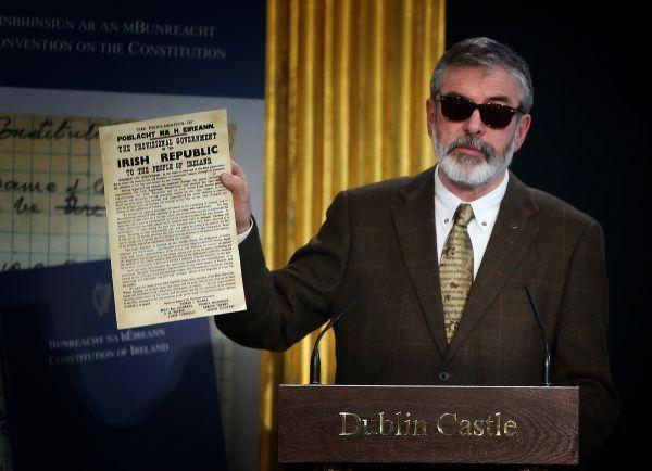 Catégorie Politique, 2ème prix, Tom Honan (Tom Honan photography).  Le futur étant tellement lumineux, que je dois porter des lunettes de soleil.     Le chef du Sinn Féin, Gerry Adams, photographié lors de son intervention à la convention constitutionnelle.