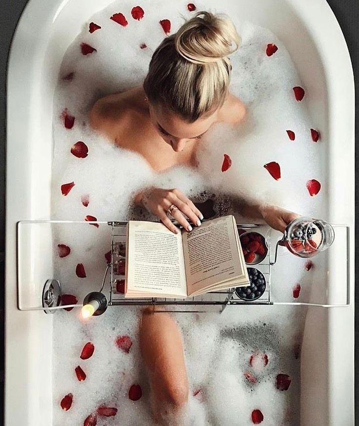 Genau so sieht der perfekte Abend in der Badewanne aus. Ein gutes Buch, einige Snacks, ganz viel Schaum mit Blütenblättern und ein gutes Glas Wein!